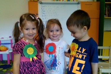 SCOALA DE VARA a debutat la Gradinita ''Alba ca Zapada'' cu tema ''Bunele maniere''. Astfel ca micutii prescolari au invatat care sunt regulile de baza ale unui comportament adecvat in societate.  Saptamana s-a incheiat cu un concurs ce a avut ca si scop determinarea nivelului de insusire ale noilor informatii. Premiantii au fost ''decorati'' cu  medalii, iar ceilalti participanti au primit buline colorate.