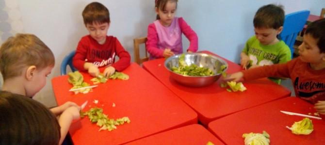 Grupa mijlocie – activitate casnica-salata cu legume de primavara